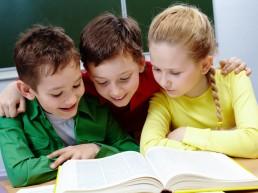 Corsi di inglese per bambini: bambini che leggono