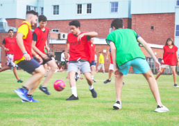 Vacanze studio a Salisbury: ragazzi giocano a calcio
