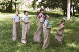Britannic Language Services. Campi estivi. Bambini che fanno la corsa con i sacchi